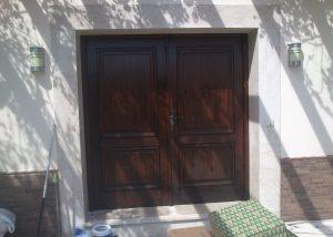 Resultados del trabajo del tratamiento de madera. Expertos en tratamiento y barnizado de madera en puertas y ventanas de madera