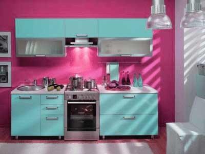 Cocina pequeña pintada de rosa y azul